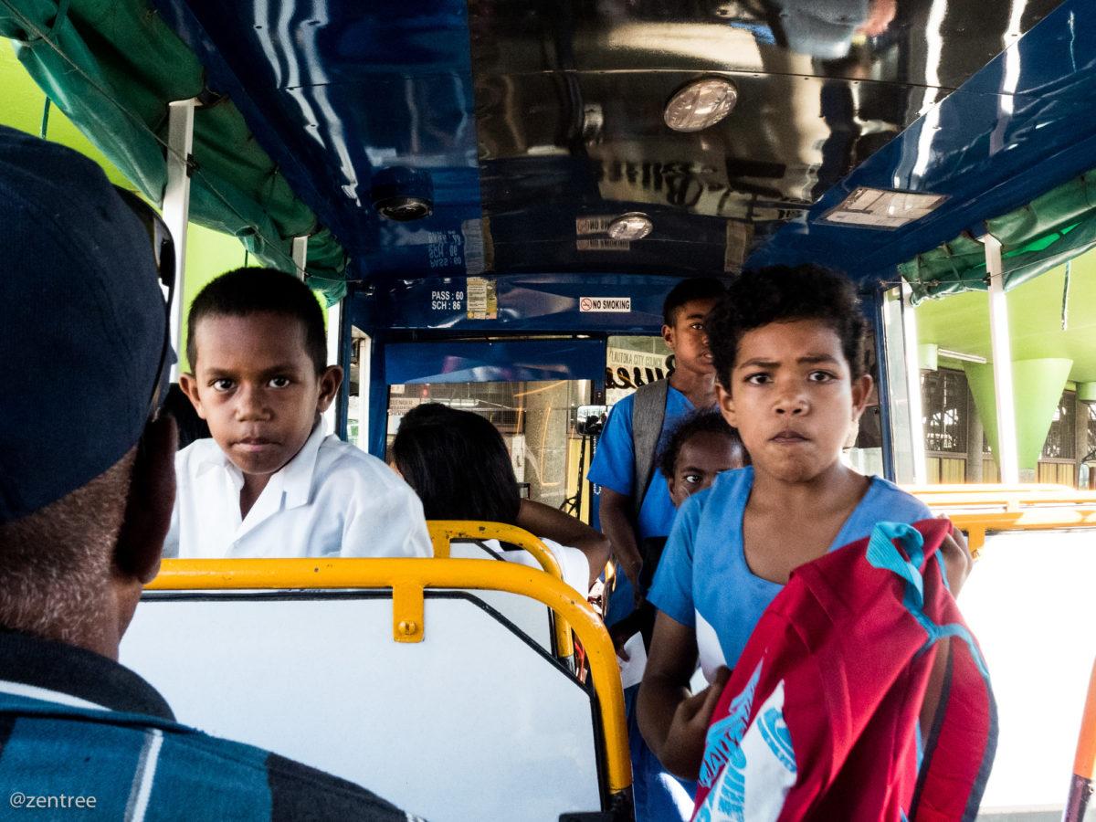 Niños en bus, Lautoka, Fiji.